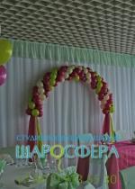 арка из шаров с тканью