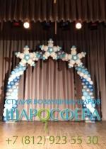 арка из шаров со снежинками