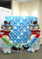 панно из шаров и снеговики с клюшками