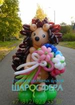 ёжик из шаров с букетом цветов