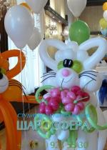 стилизованные фигуры котов из шаров